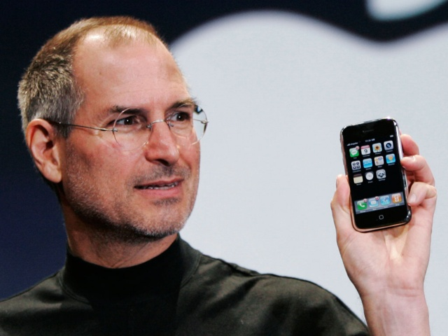 steve-jobs-holding-iphone-640x0